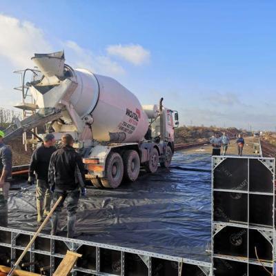 Prace przy wylewaniu betonu 04
