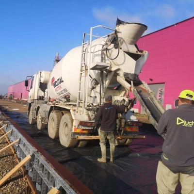 Prace przy wylewaniu betonu 13